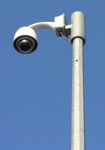 detail meerhoekige conische cameramast met dome camera